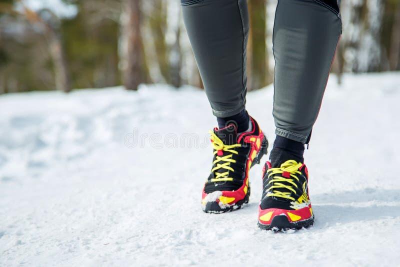 Działający buty - zbliżenie żeński sport sprawności fizycznej biegacz dostaje przygotowywający dla jogging outdoors w zimie obraz stock