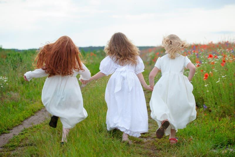 Działający dzieci plenerowi Trzy nastoletnich dziewczyn zbieg fotografia royalty free