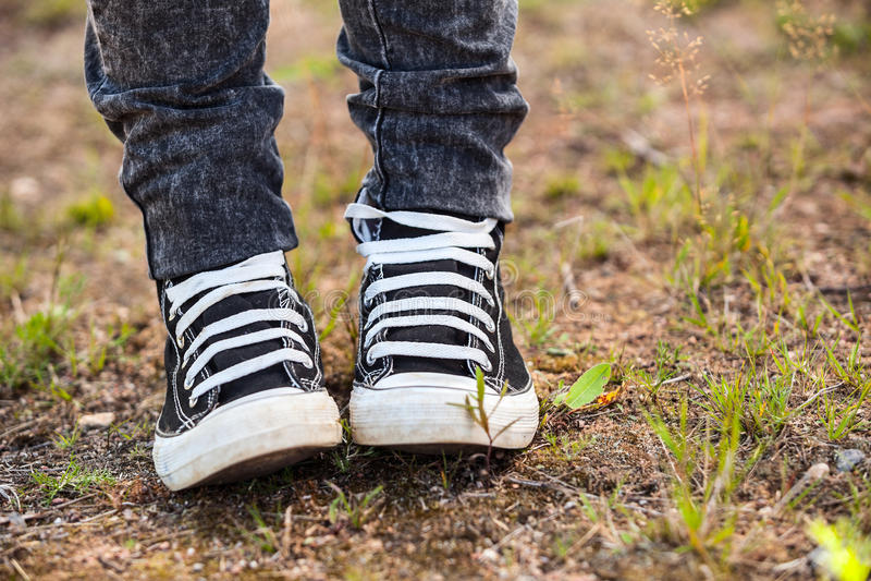 Działający gumowi buty są na nogach, osoby pozycja na ziemi zdjęcia royalty free
