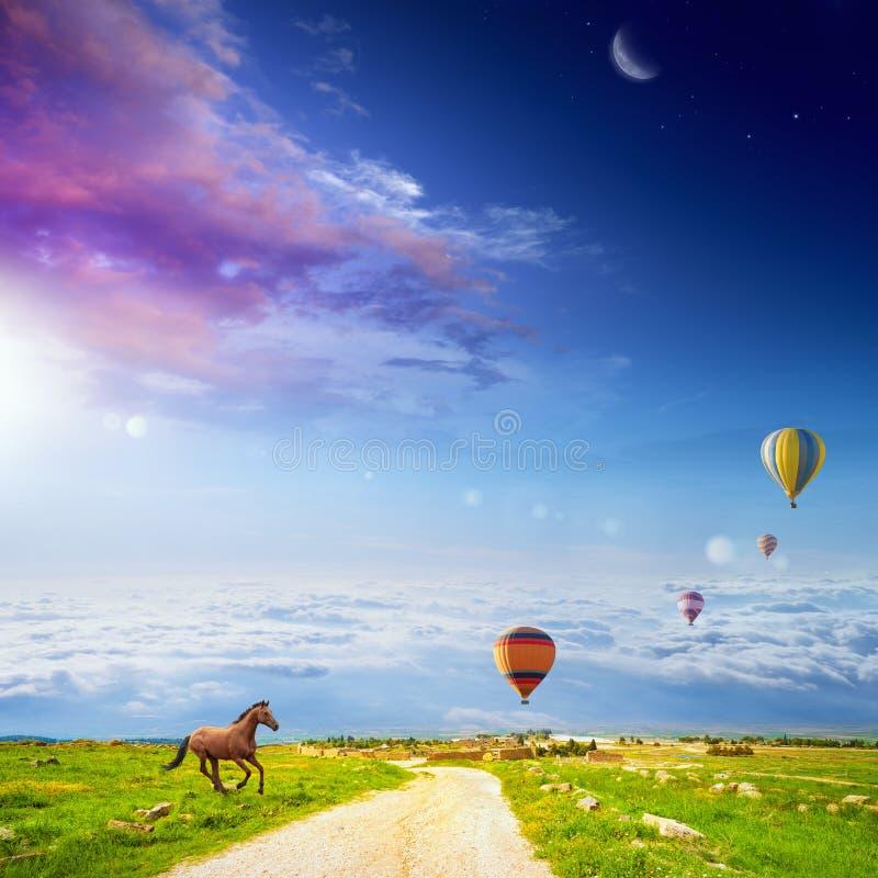 Działający koń, latający gorące powietrze balony, jaskrawy światło słoneczne i zmrok, zdjęcie royalty free