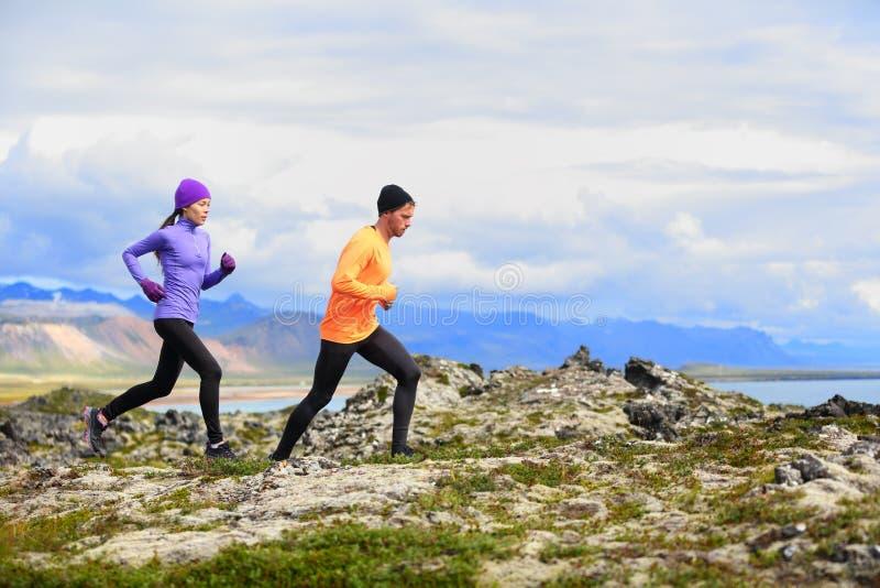 Działający ludzie przecinającego kraju śladu biegaczów zdjęcie royalty free