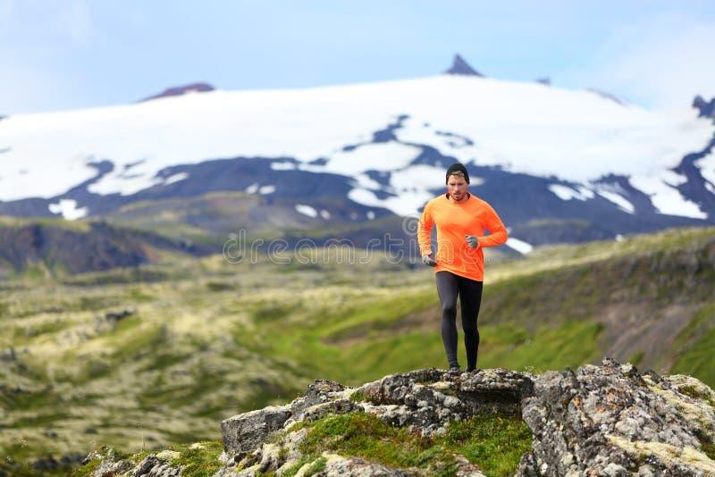 Działający mężczyzna ćwiczy - śladu biegacza atleta zdjęcie royalty free