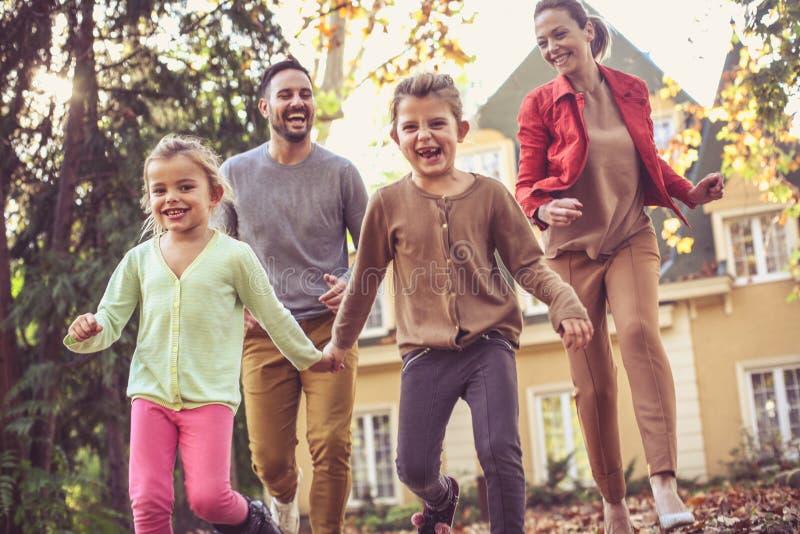 Działający synklina spadku liście są zabawą dla wszystkie rodziny obraz royalty free