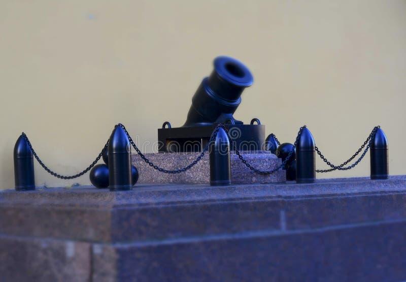 Działo i skorupy na piedestale Petersburg zdjęcie royalty free