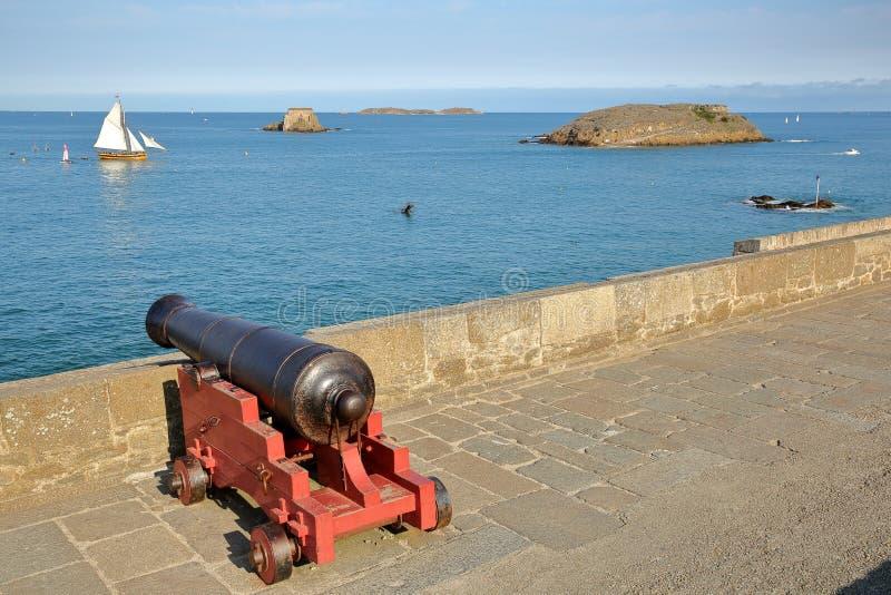 Działo przegapia zatoki święty Malo od ramparts z tłem, w: Uroczysty Jest i Petit Jest wyspami, corsair boa zdjęcie stock