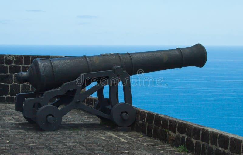 Działo wskazuje out morze na ramparts przy Brimstone fortem, St Kitts Kwiecień 26th, 2013 fotografia stock
