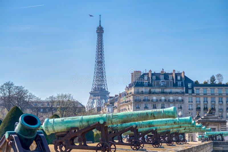 Dzia?a na zewn?trz Les Invalides i wie?a eifla - Pary?, Fran zdjęcia stock