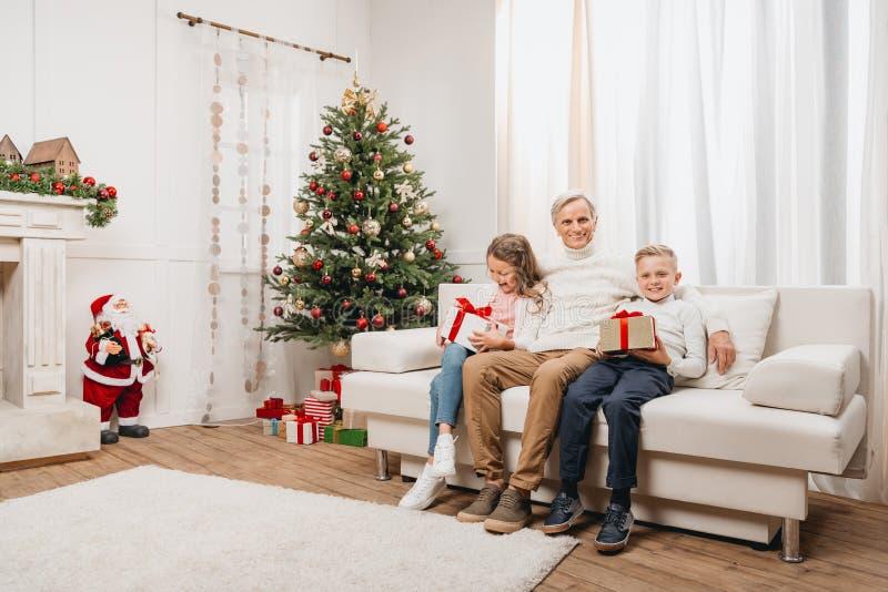 Dziad i dzieciaki z boże narodzenie prezentami fotografia stock