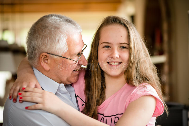 Dziad i granddaghter uściśnięcie zdjęcia royalty free