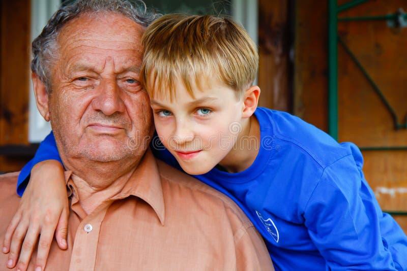 Dziad i jego ukochani ones chłopiec obrazy stock