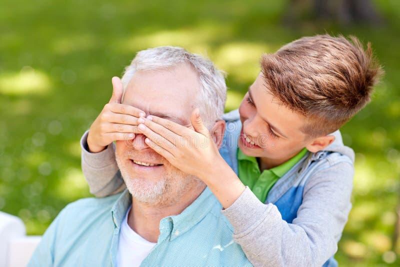 Dziad i wnuk bawić się przy lato parkiem obrazy royalty free