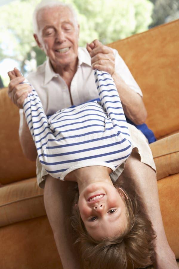 Dziad I wnuk Ma zabawę Na kanapie obraz stock