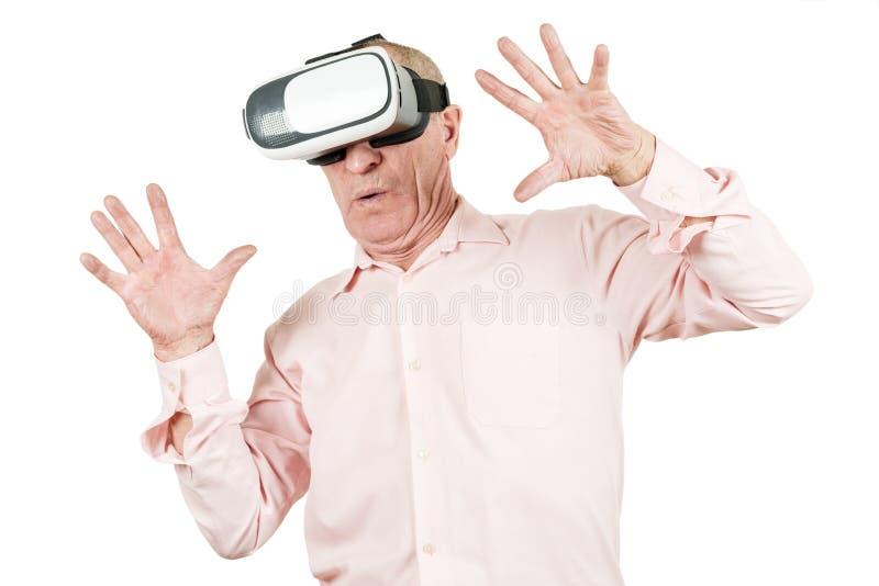 Dziad jest przyglądający VR okulary przeciwsłoneczni, gesty z jego h zdjęcia royalty free