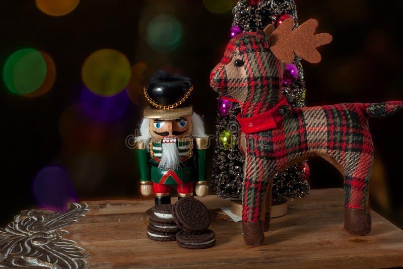 Dziadek do orzechów ubierał w mundurze obok rogacza Santa obrazy stock