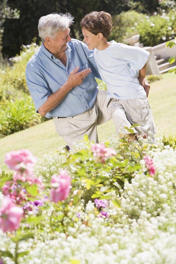 dziadek ogrodniczego wnuk na zewnątrz fotografia stock