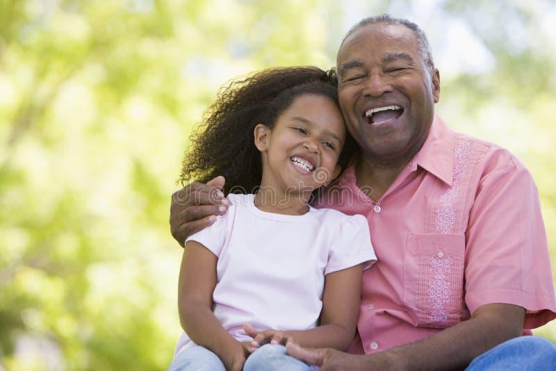 dziadek wnuczka na zewnątrz uśmiecha się fotografia stock