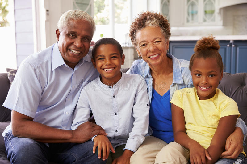 Dziadkowie w domu i ich młodzi wnuki, portret obraz stock