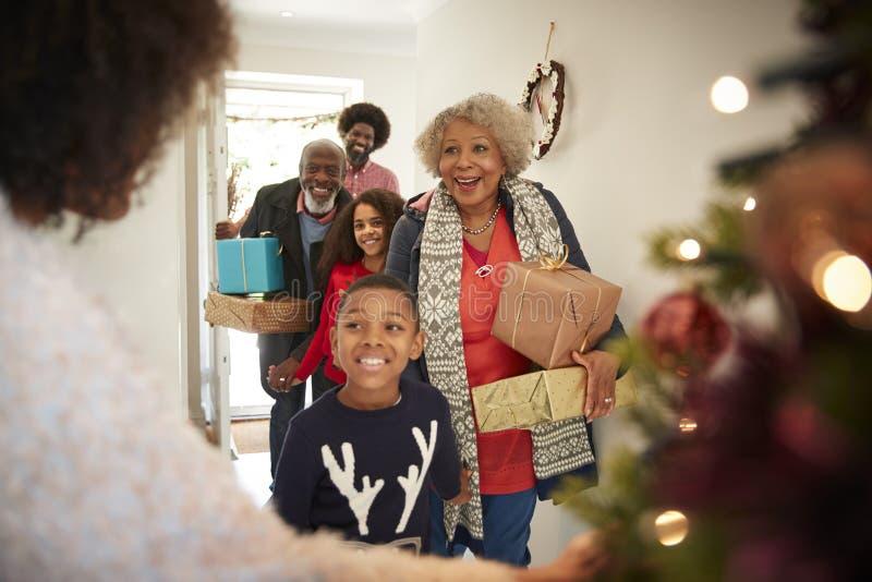 Dziadkowie Wita rodziną Gdy Przyjeżdżają Dla wizyty Na święto bożęgo narodzenia Z prezentami fotografia stock