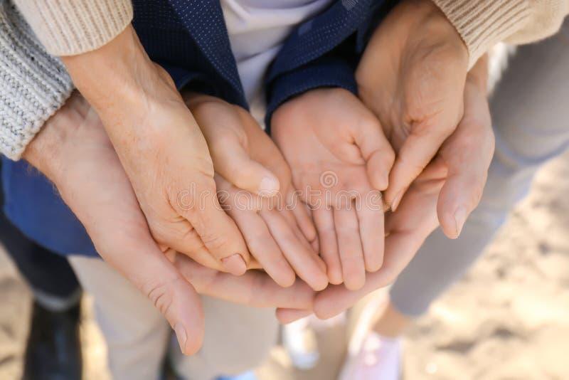 Dziadkowie z wnuka mienia rękami fotografia royalty free