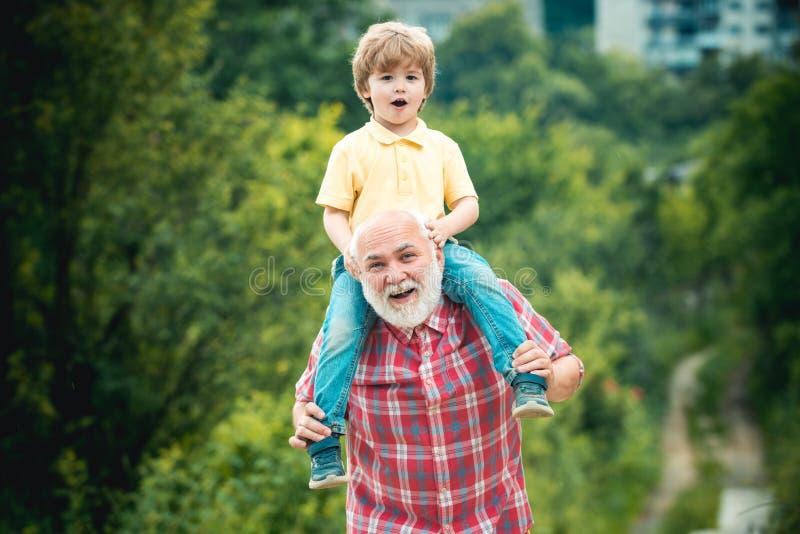 Dziadu i wnuka cieszyć się plenerowy Ojczulek, chłopiec i Dziad i wnuk w parku obrazy royalty free