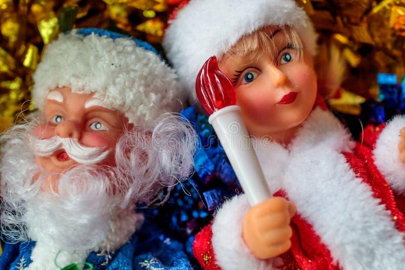 Dziadu mróz i śnieg dziewczyna z zabawką w ręce śnieżna dziewicza pochodnia fotografia royalty free