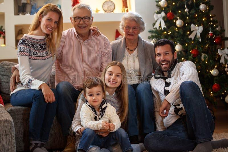 Dziadunio i babcia z dziećmi cieszymy się dla bożych narodzeń zdjęcie stock