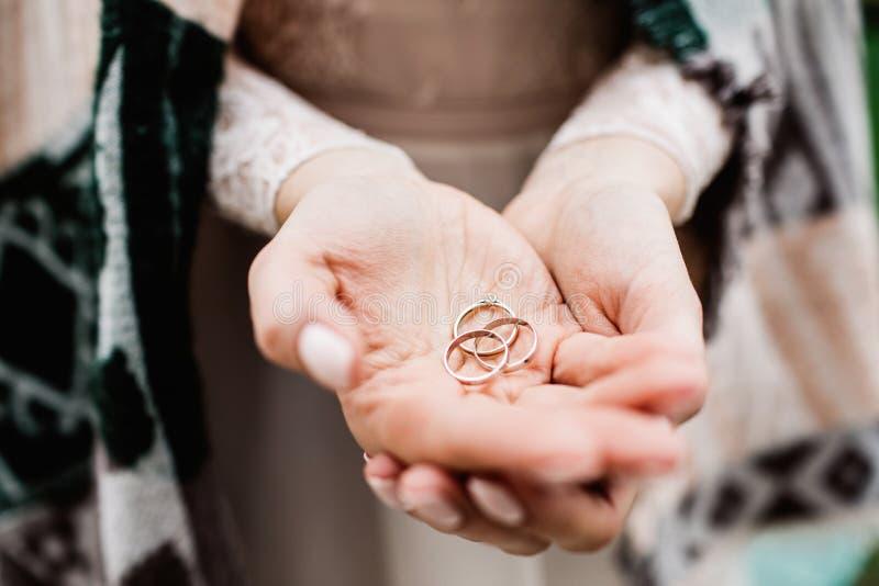 Dzień ślubu kobiet chwyta pierścionek obraz royalty free