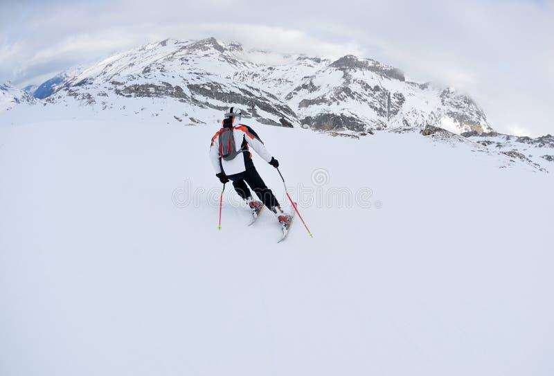 dzień świeżego sezonu narciarstwa śniegu pogodna zima obraz royalty free