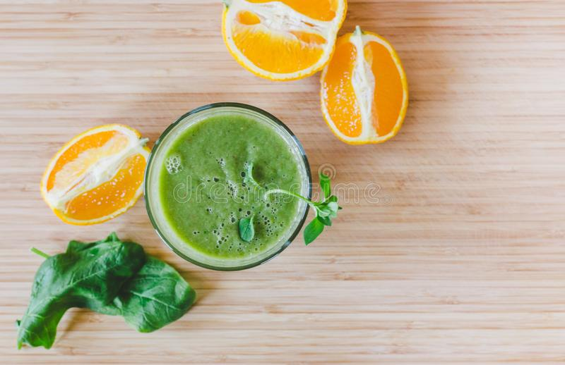 Dzień dobry: Świeży zielony smoothie i owoc na drewnianym tle, zdrowa śniadaniowa tekst przestrzeń fotografia stock