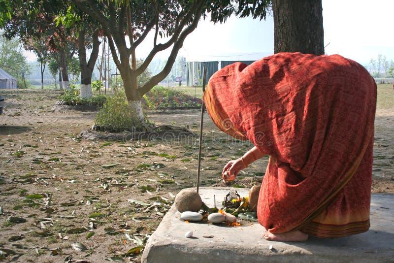 dzień dobry podwórzowy wykonuje rytualne tradycyjnego kobieta - fotografia royalty free
