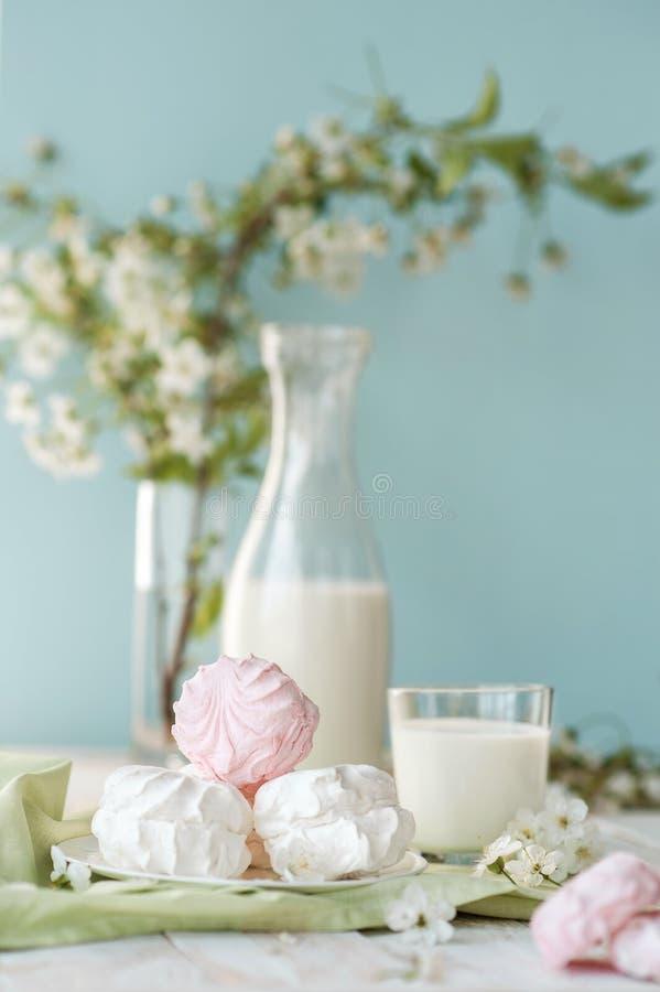 Dzień dobry! Rosyjski marshmallow lub zephyr z butelką i szkłem mleko na drzewnym tle Wiosna skład obraz royalty free