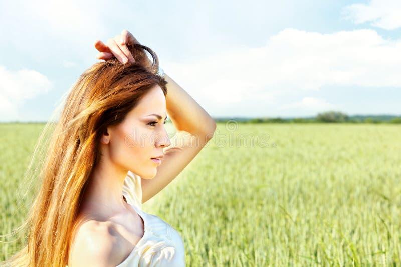 dzień kobieta śródpolna pogodna pszeniczna obraz stock