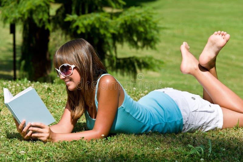 dzień książkowy park relaksuje pogodnej kobiety fotografia royalty free