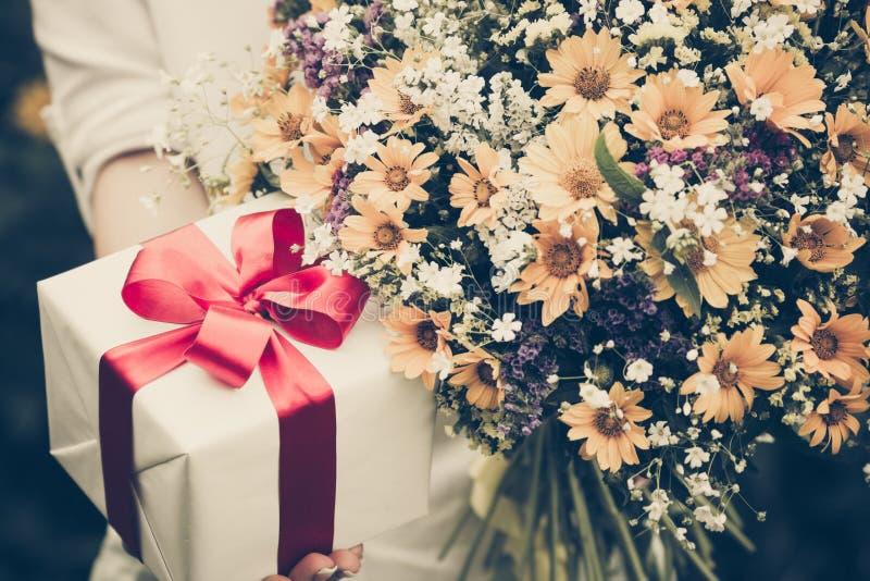 dzień kwiat daje mum syna matkom obraz stock