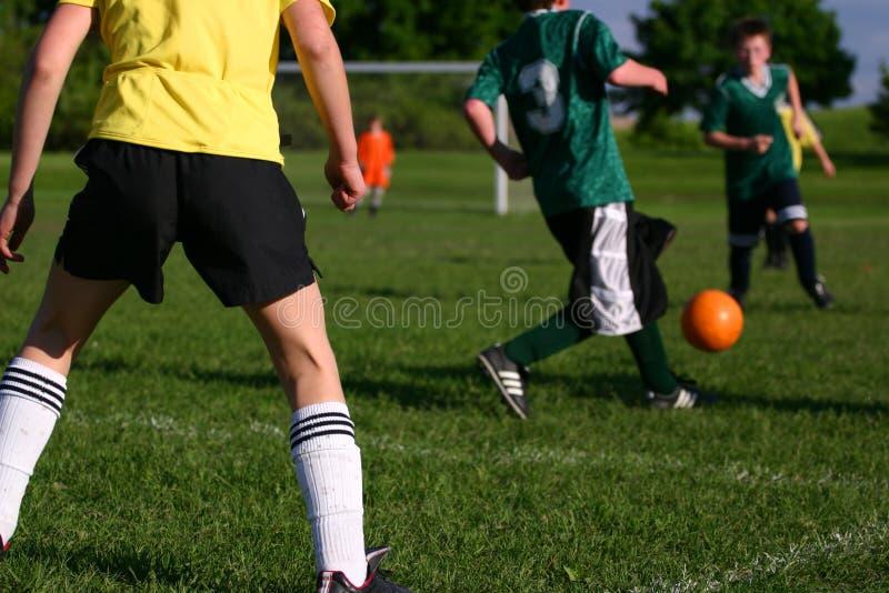dzień mecz piłki nożnej dzieci ciepłej pogodnej młodzieży. fotografia royalty free