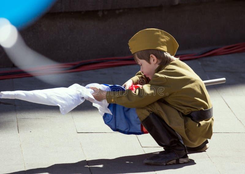 dzień Moscow zwycięstwo Chłopiec jest ubranym wojskowego uniform z rosjanin flaga na paradzie zwycięstwo dzień fotografia royalty free