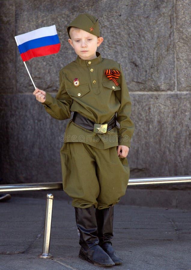 dzień Moscow zwycięstwo Chłopiec jest ubranym wojskowego uniform z rosjanin flaga na paradzie zwycięstwo dzień obrazy royalty free