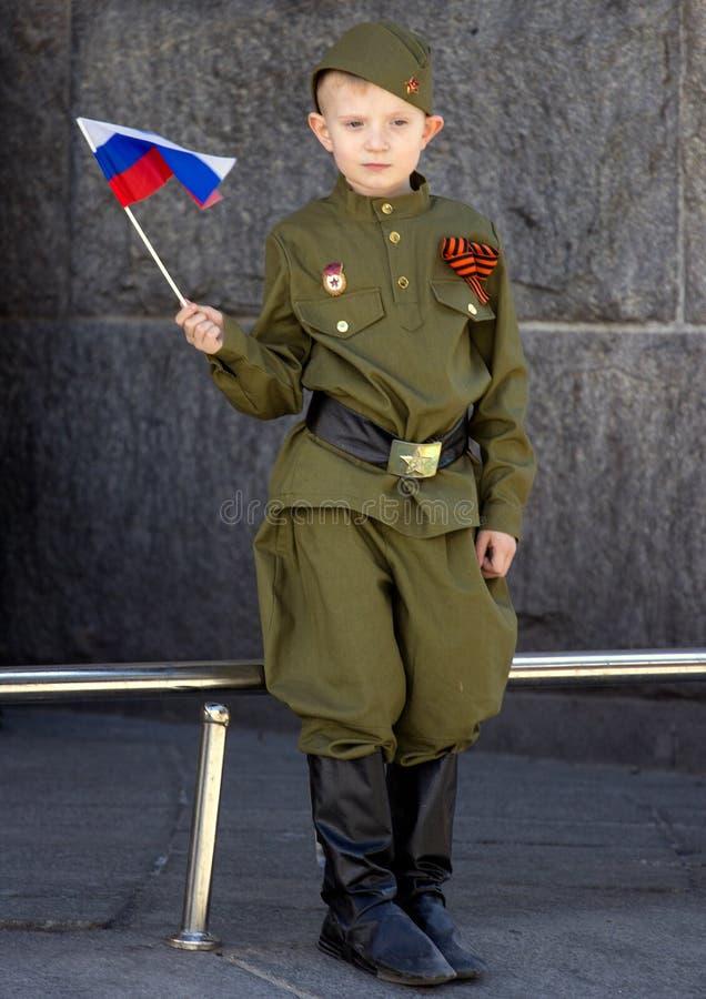 dzień Moscow zwycięstwo Chłopiec jest ubranym wojskowego uniform z rosjanin flaga na paradzie zwycięstwo dzień obrazy stock