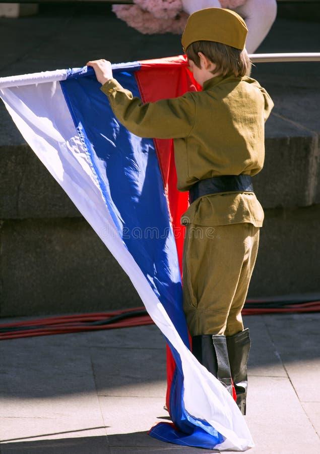 dzień Moscow zwycięstwo Chłopiec jest ubranym wojskowego uniform z rosjanin flaga na paradzie zwycięstwo dzień zdjęcia stock