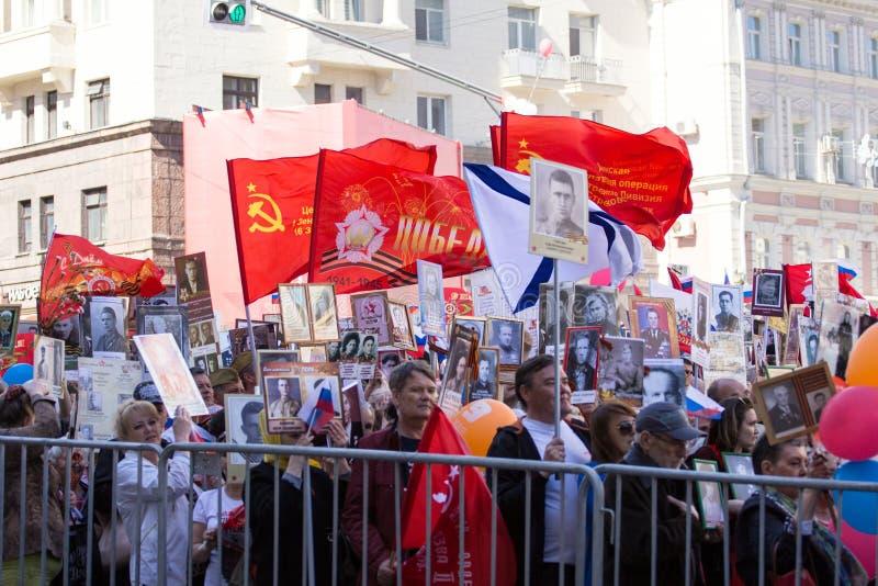 dzień Moscow zwycięstwo Nieśmiertelny pułk na Moskwa ulicie Tysiące marsz pamiętać wojny światowa 2 krewnych zdjęcia royalty free