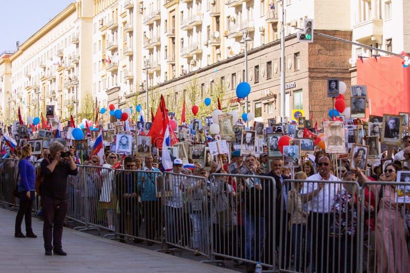 dzień Moscow zwycięstwo Nieśmiertelny pułk na Moskwa ulicie Tysiące marsz pamiętać wojny światowa 2 krewnych zdjęcie royalty free