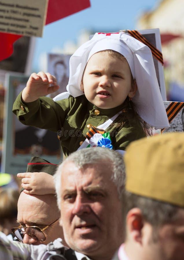 dzień Moscow zwycięstwo Piękna dziewczyna w medycznym mundurze z czerwienią kwitnie na zwycięstwo dniu fotografia royalty free