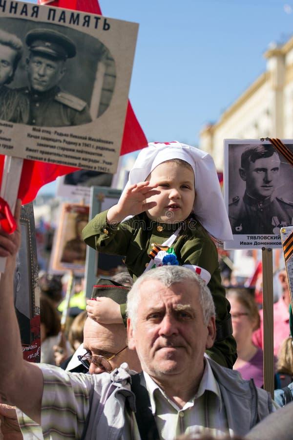 dzień Moscow zwycięstwo Piękna dziewczyna w medycznym mundurze z czerwienią kwitnie na zwycięstwo dniu zdjęcia stock
