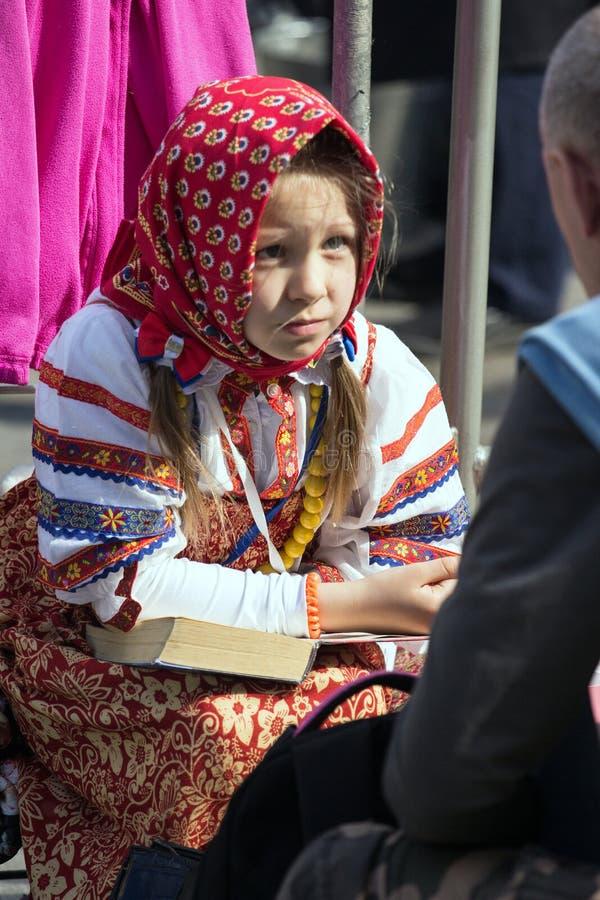 dzień Moscow zwycięstwo Piękna dziewczyna w obywatela mundurze z książką na zwycięstwo dniu zdjęcie stock