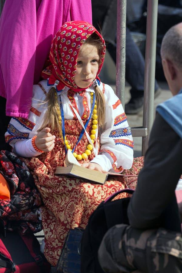 dzień Moscow zwycięstwo Piękna dziewczyna w obywatela mundurze z książką na zwycięstwo dniu zdjęcie royalty free