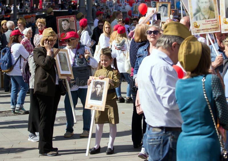 dzień Moscow zwycięstwo Piękna dziewczyna w wojskowym uniformu z weterana ` s portretem na zwycięstwo dniu fotografia royalty free