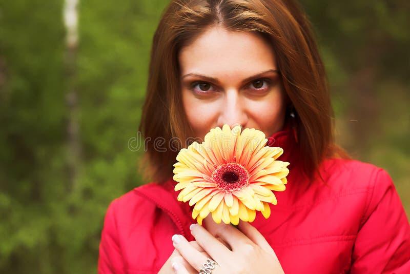 dzień szczęśliwego portait pogodna kobieta obraz stock