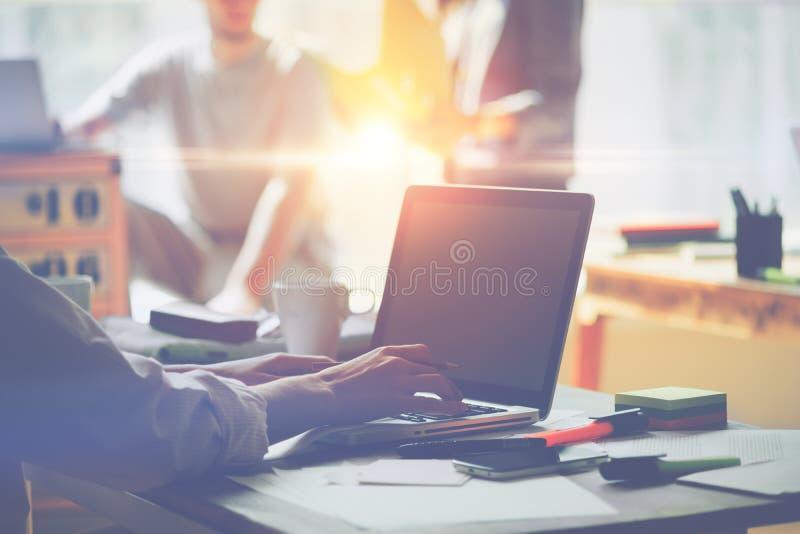 Dzień w biurze Laptop i papierkowa robota na stole Drużynowy brainstorming pomysł, kierownik pracuje na laptopie i zdjęcia stock