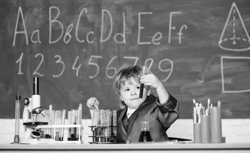 Dzień wiedzy Podstawowa edukacja podstawowa oparta na wiedzy Chemia biologii dziecięcej Eksperyment edukacyjny Szczęśliwy fotografia stock