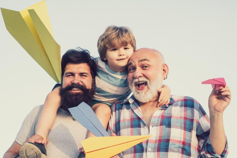 dzie? szcz??liwego ojcze szcz??liwego dziecka Męska wielo- pokolenie rodzina Rodzinni ludzie Dziecko pilotowy lotnik z papierowym zdjęcia stock